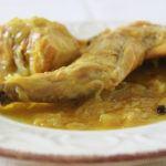 Conejo en salsa de cebolla